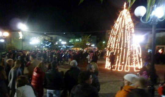 Φιλιάτες: Άναψε το Χριστουγεννιάτικο δέντρο